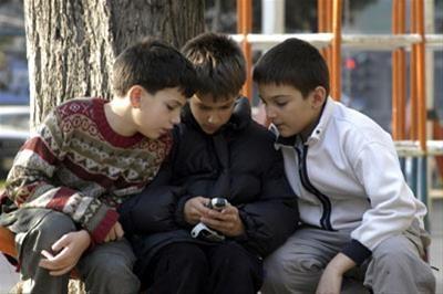 تکیه گاه عاطفی نسل امروز گوشی همراه و همسالان است