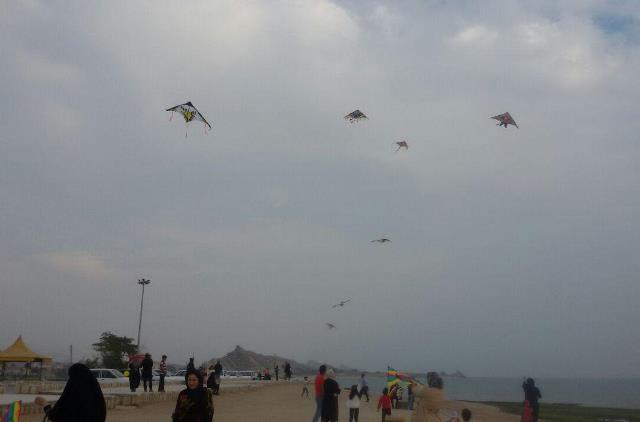 مسابقه بزرگ پرواز بادبادک ها در ساحل زیبای پارسیان برگزار شد