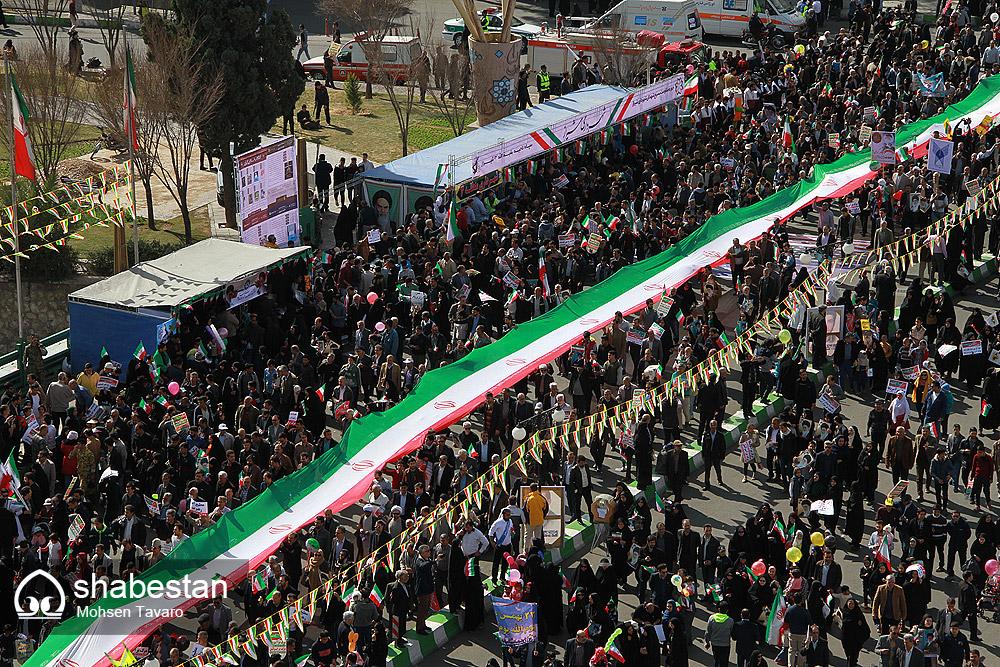 حمل پرچم 360 متری توسط اعضای کانون های مساجد شیراز در راهپیمایی 22 بهمن