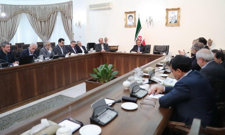 جهانگیری در جلسه ستاد اقتصادی ساماندهی مسائل ارزی کشور تصریح کرد: دولت اجازه نمیدهد زندگی میلیونها ایرانی توسط عدهای سودجو آسیب ببیند