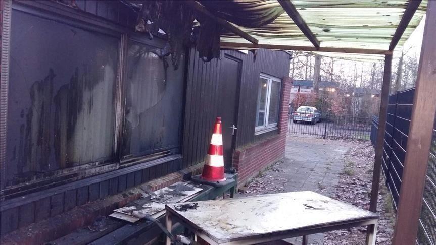 دستگیری اعضای یگ گروه ضد اسلامی دربرابر یک مسجد در هلند
