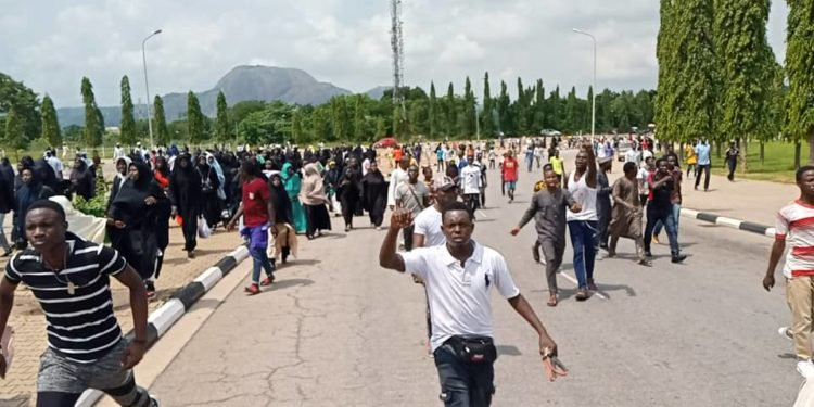 از سرگیری تظاهرات شیعیان نیجریه پس از اختلال در روند مداوای «شیخ زکزاکی»