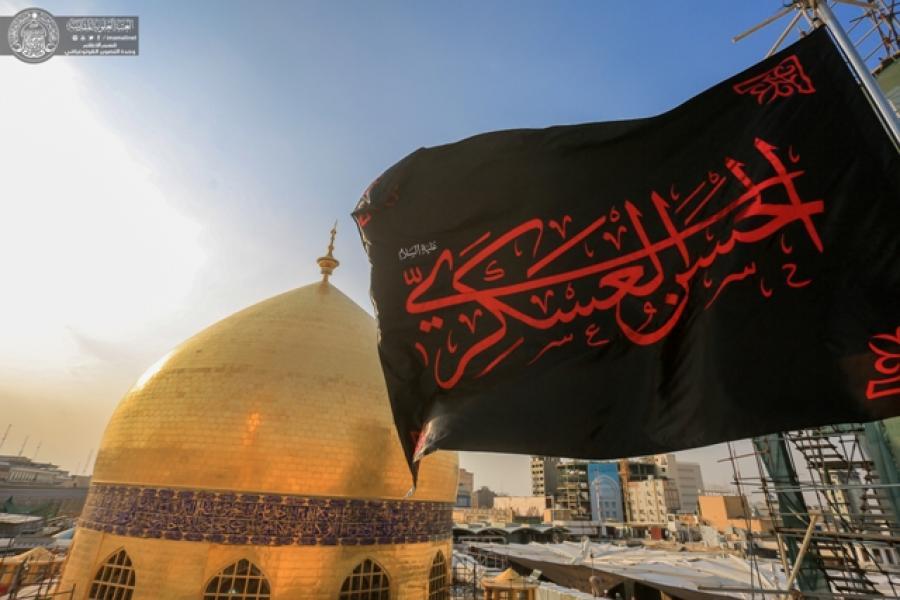 برافراشتن «پرچم سیاه» بر فراز گنبد حرم مطهر امام علی(ع) به مناسبت شهادت امام حسن عسکری(ع)+ عکس