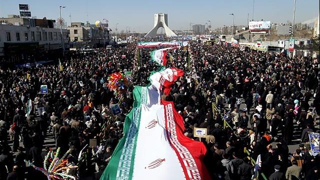 میزبانی غرفه آستان حضرت عبدالعظیم(ع) از حاضران در راهپیمایی 22 بهمن