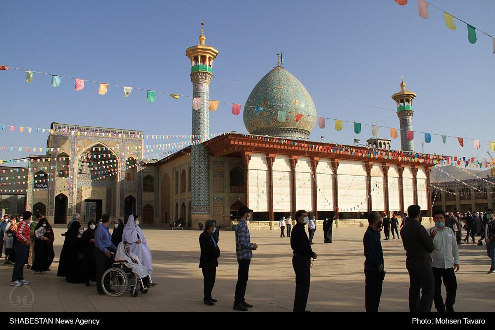 حضور پرشور مردم پای صندوق های رای حرمین مطهر شیراز، همزمان با دهه کرامت