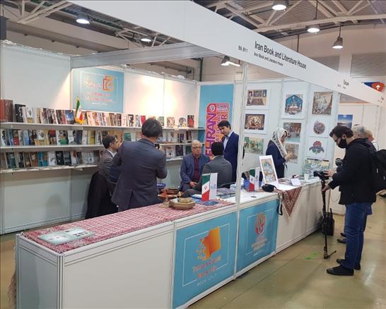 فرهنگ دفاع مقدس، زینت غرفه ایران در نمایشگاه کتاب مسکو