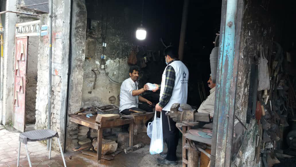 IMG 20210506 002202 382 - توزیع ماسک و مواد ضدعفونی کننده در ماه رمضان به همت کانون امام علی(ع) نکا