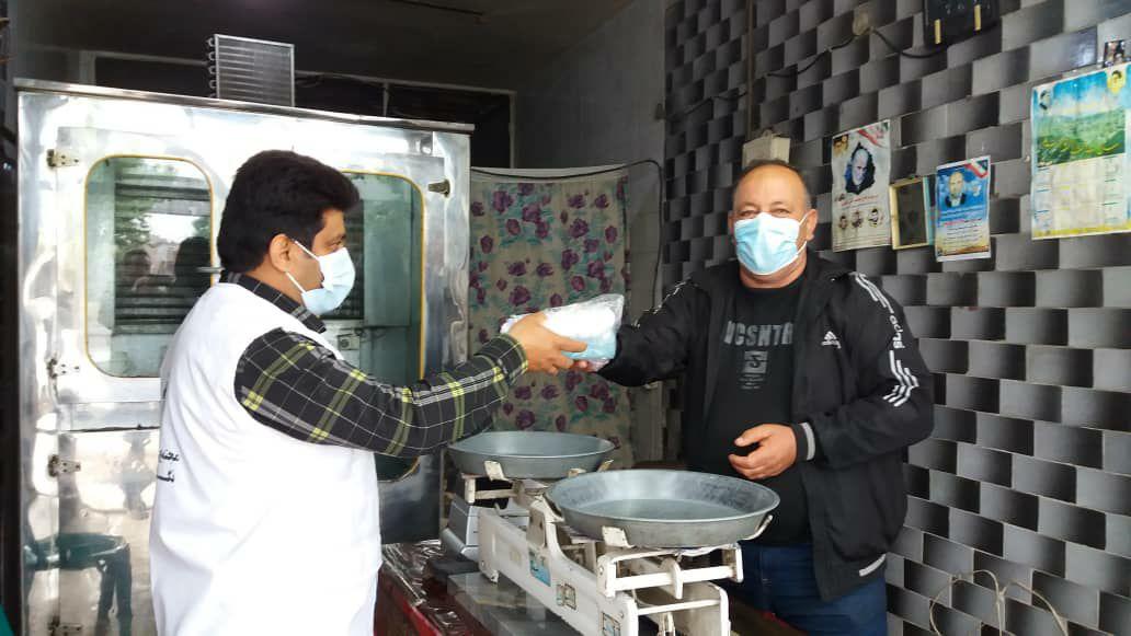 IMG 20210506 002205 824 - توزیع ماسک و مواد ضدعفونی کننده در ماه رمضان به همت کانون امام علی(ع) نکا
