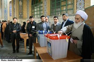 حضور مردم و مسولان کرمانشاه پای صندوقهای رای در ساعات اولیه روز ۷ اسفند