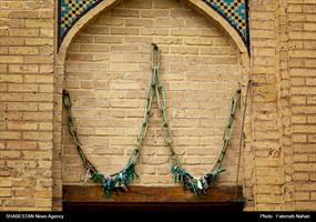 زنجیری که اکنون در بالای سردرب ورودی حیات آستان این امامزاده آویزان شده است.