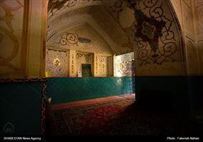 دیوارهای امامزاده طاق نما است و توسط دری به مسجد نصیرالملک مرتبط می شود.