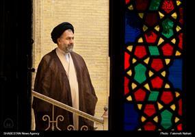 شیشه های رنگی به کار رفته در امامزاده با گذر نور معجزه ایی از رنگ را بر پا می کنند.